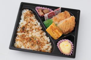 ⑥メンチカツ弁当/電子レンジ対応 320円(税込)